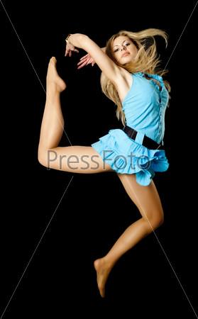 Привлекательная девушка в прыжке