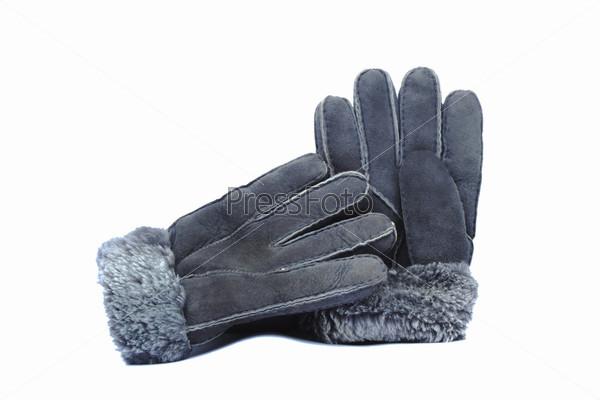 Меховые зимние перчатки серого цвета на белом фоне