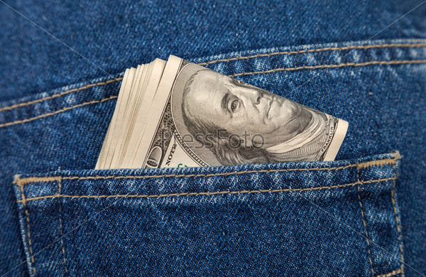 Пачка долларов в кармане джинсов