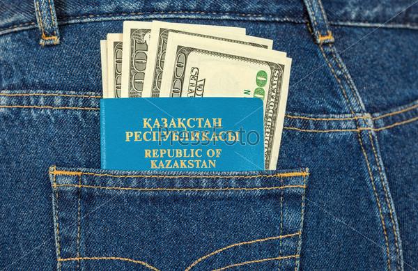 Казахстанский паспорт и деньги в кармане джинсов