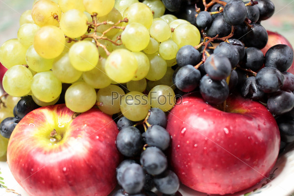 Фотография на тему Виноград и сочные яблоки как иллюстрация сбора урожая