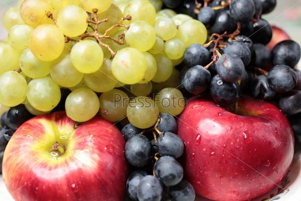 Виноград и сочные яблоки как иллюстрация сбора урожая