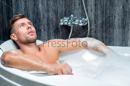 Парень принимает ванну видео