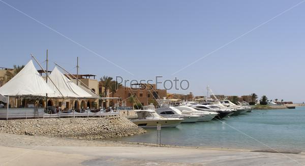 Причал для яхт в египетском городе Эль-Гуна на побережье Красного моря