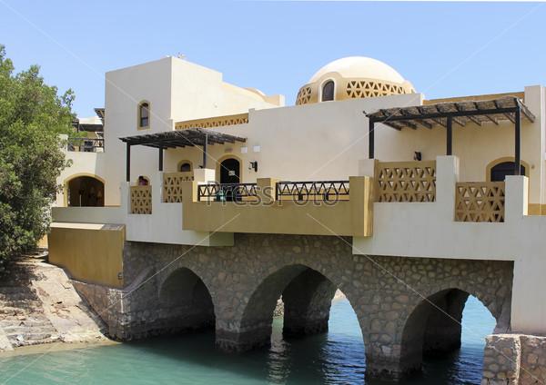 Мост через морской канал в египетксом городе Эль-Гуна на берегу Красного моря