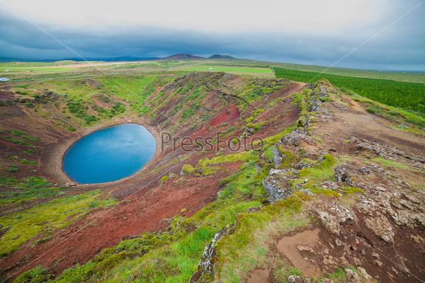 Круглое озеро в кратере вулкана
