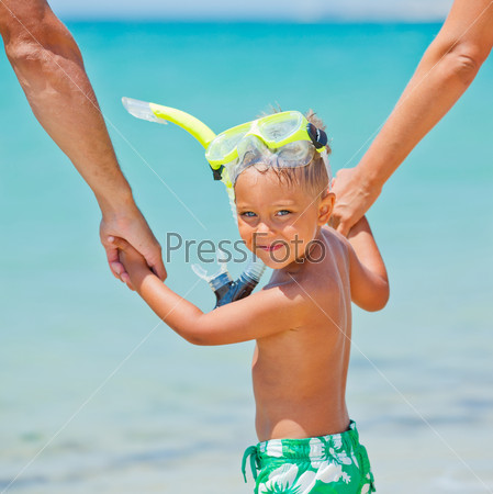 Счастливый мальчик на пляже