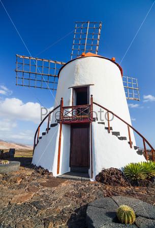 Ветряная мельница на острове Лансароте