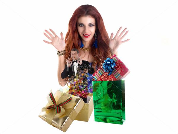 Девушка радуется подаркам