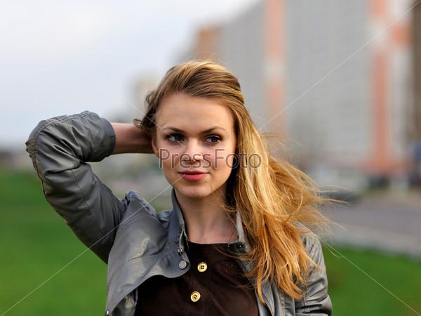 Улыбающаяся девушка с длинными волосами