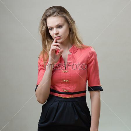 Стройная девушка в розовом платье