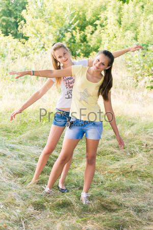Две девушки на природе картинки