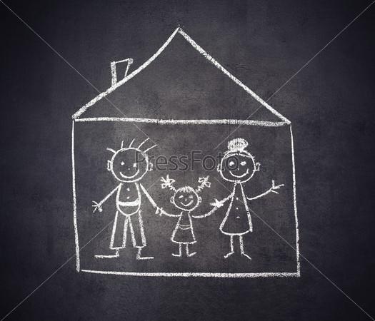 Фотография на тему Семья и дом нарисованы мелом на доске