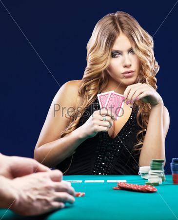 Играют в карты на женщину 2