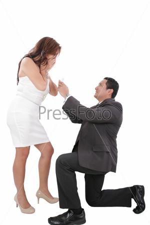 на колени перед девушкой