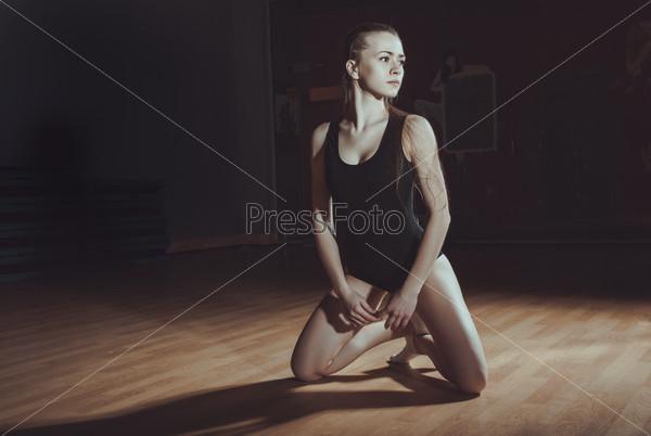 нимфетки в спортзале занимаются гимнастикой