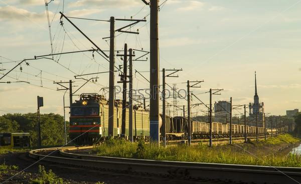 Локомотив с товарными вагонами