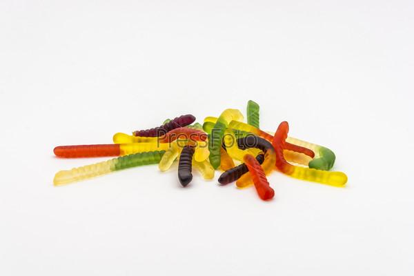 Вкусные яркие конфеты «Червячки» на белом фоне