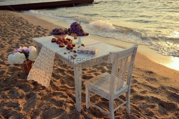 Стол на берегу