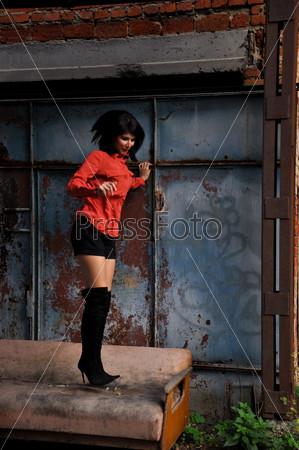 Девушка позирует на улице