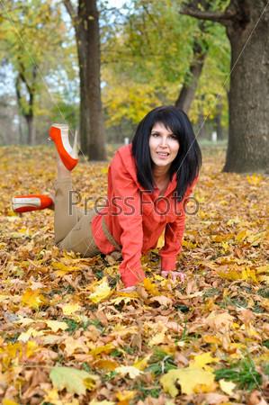 Девушка позирует в парке