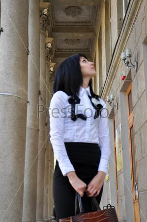 Девушка позирует в городе