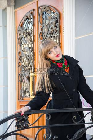 Красивая девушка позирует на улице