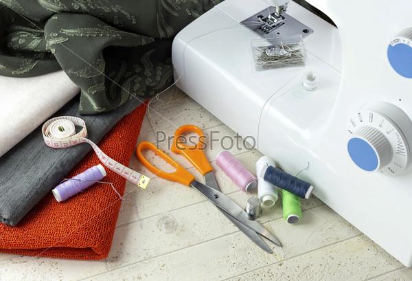 Швейная машинка и швейные принадлежности