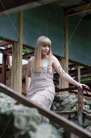 Красивая девушка на прогулке