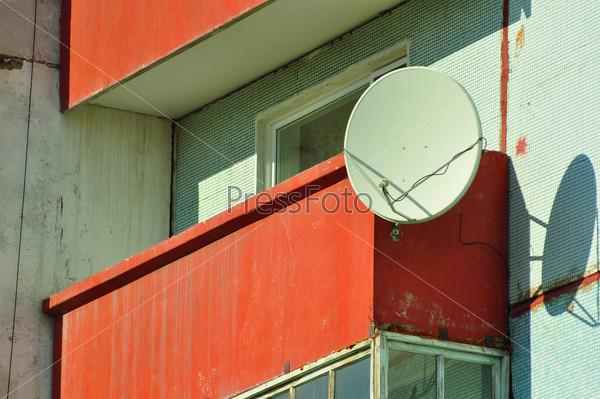 Белая спутниковая тарелка