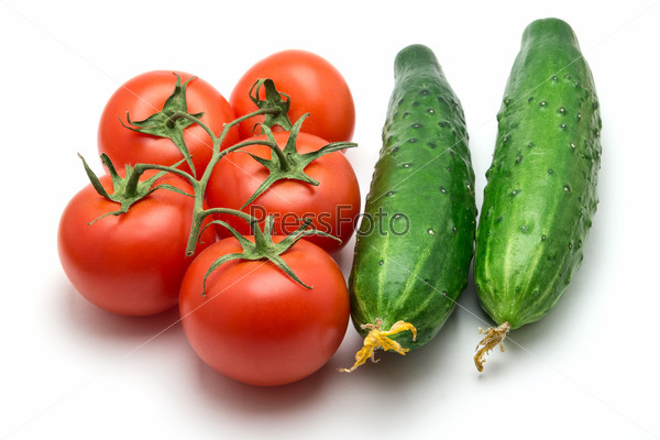 Пять помидоров и два огурца на белом фоне