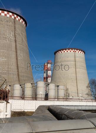 Тепловая электростанция на фоне голубого неба