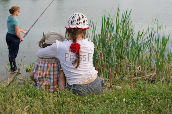 Ребенок у озера