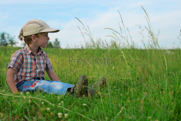Ребенок отдыхает на природе