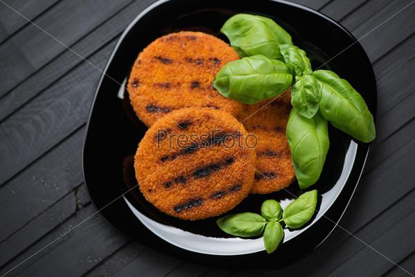 Лососевые бургеры-гриль и зеленый базилик