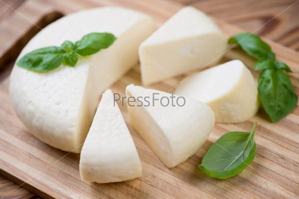 Адыгейский сыр с зеленым базиликом