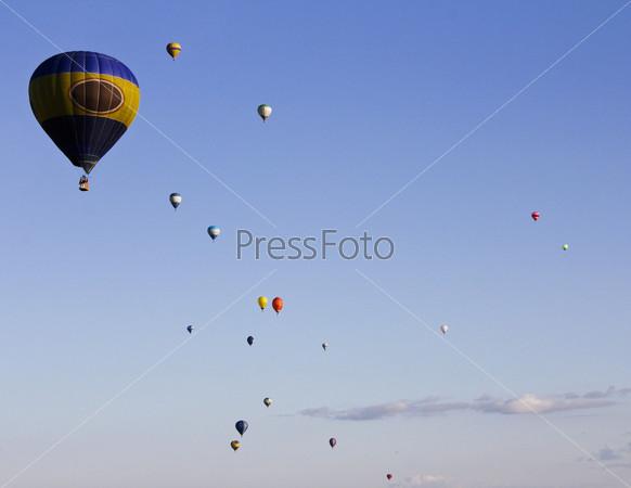 Разноцветные воздушные шары в воздухе