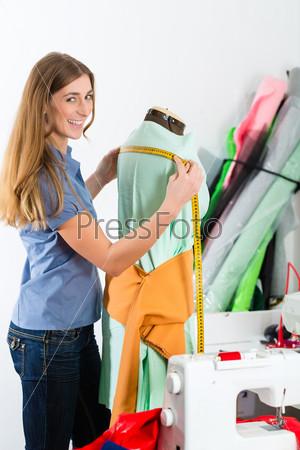 Дизайнер одежды снимает мерки