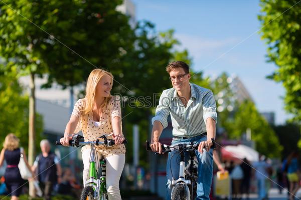 Мужчина и женщина на велосипедах в солнечный летний день