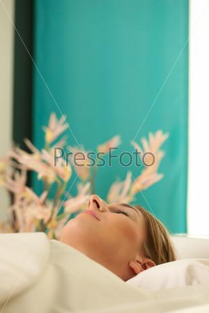 Спокойная женщина на процедуре в спа-салоне