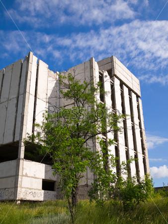Заброшенное недостроенное здание