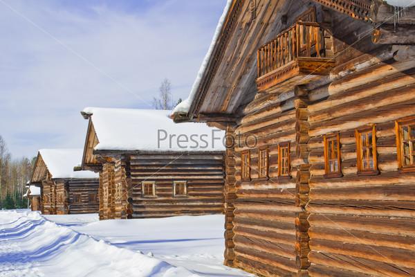 Деревенская улица с деревянными домами