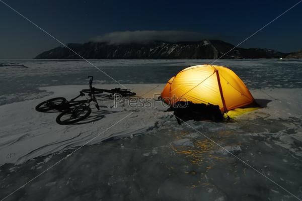 Зимний лагерь туристов