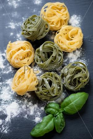 Цветные итальянские тальятелле с зеленым базиликом