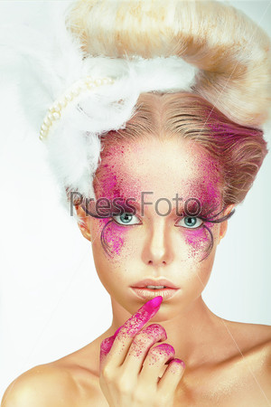 Visage. Styled Woman with Painted Smeared Skin and Fingers