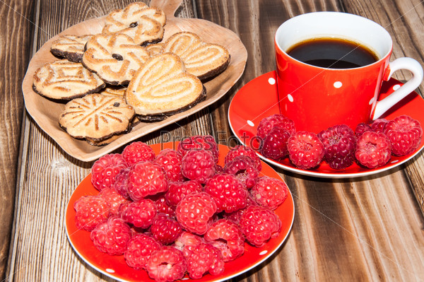Ripe raspberry coffee cup and cookies