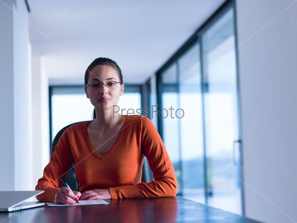 Женщина за столом