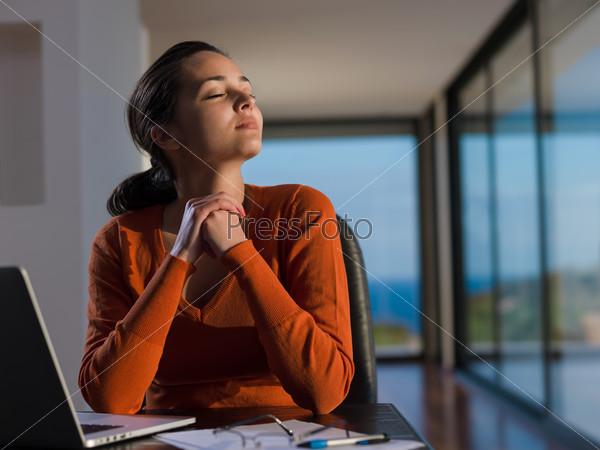 Женщина, сидящая за столом