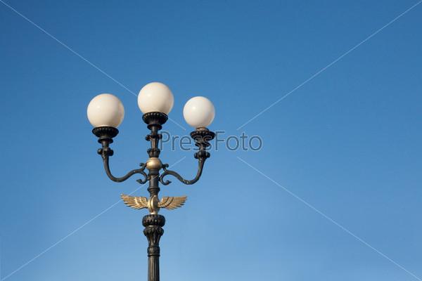 Трезубец - фонарь на фоне неба