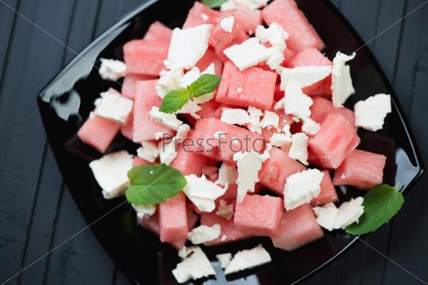 Салат с арбузом, сыром и листьями мяты